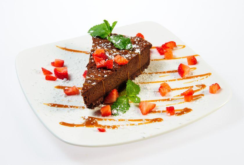 עוגת שוקולד כרמל ותותים קינוחים זה אנחנו
