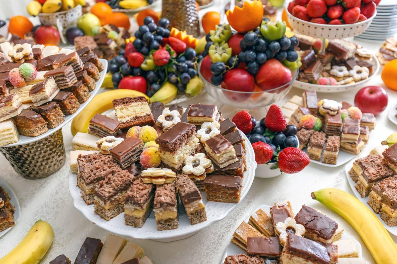 שולחן קינוחים ופירות
