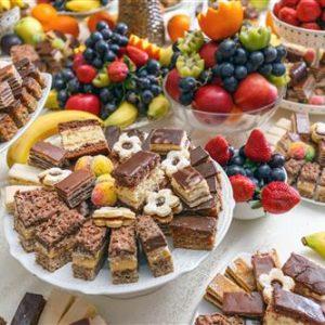 שולחן קינוחים לבר מצווה - שוקולדים ופירות